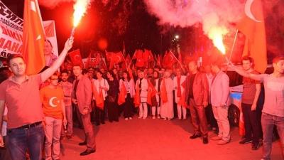 Demokrasi nöbetinde Uşak halkı Şehitler Meydanında tek yürek